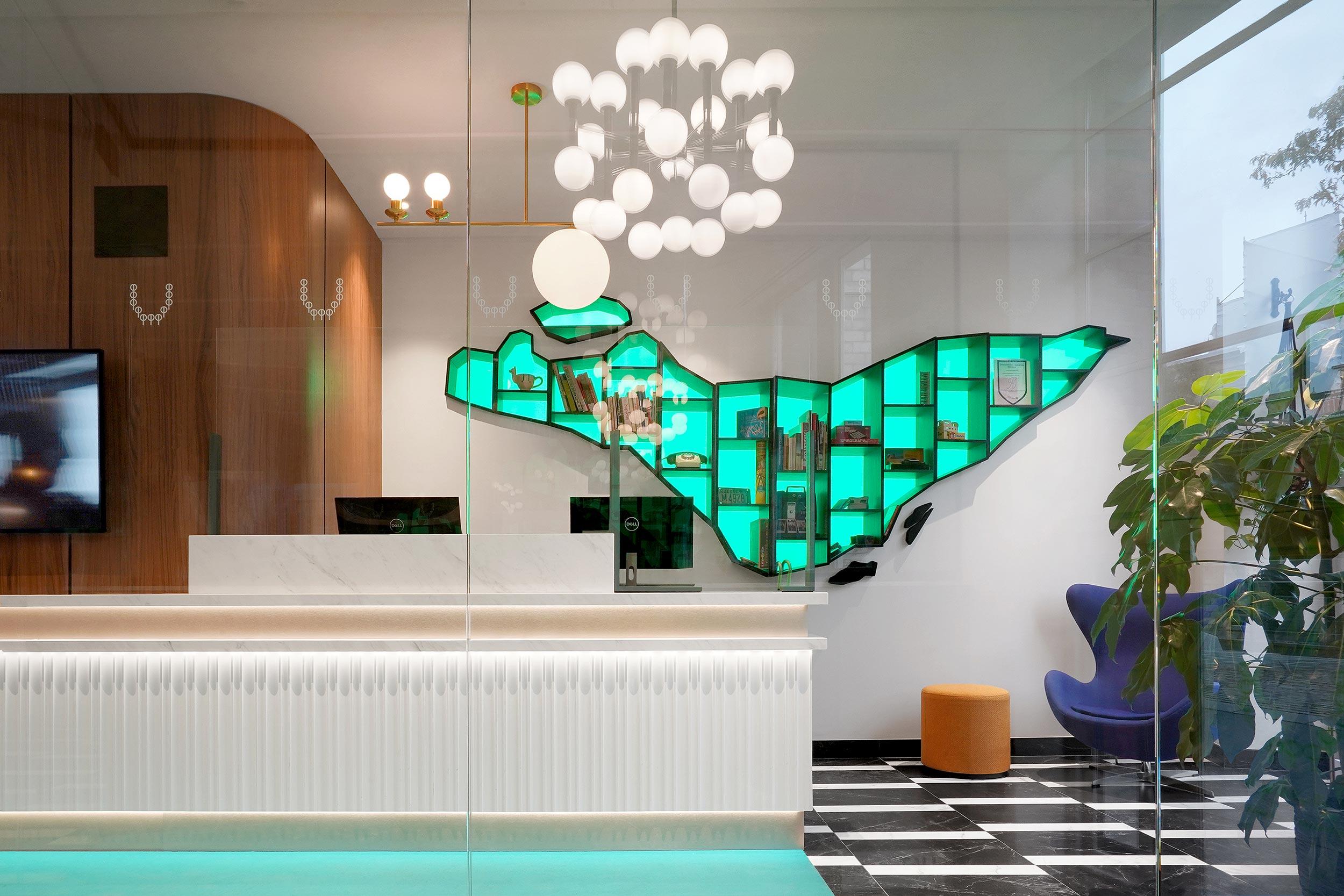 Imaginez un «lobby» aux touches élégantes de marbre, de noyer massif et aux accents dorés. Le design de l'hôtel Bonaparte conjugue matières nobles et touches contemporaines. Le plafond attire puis séduit le regard par l'élégance des ornements et les scintillements éclatants de lustres, un parcours visuel et une atmosphère unique.