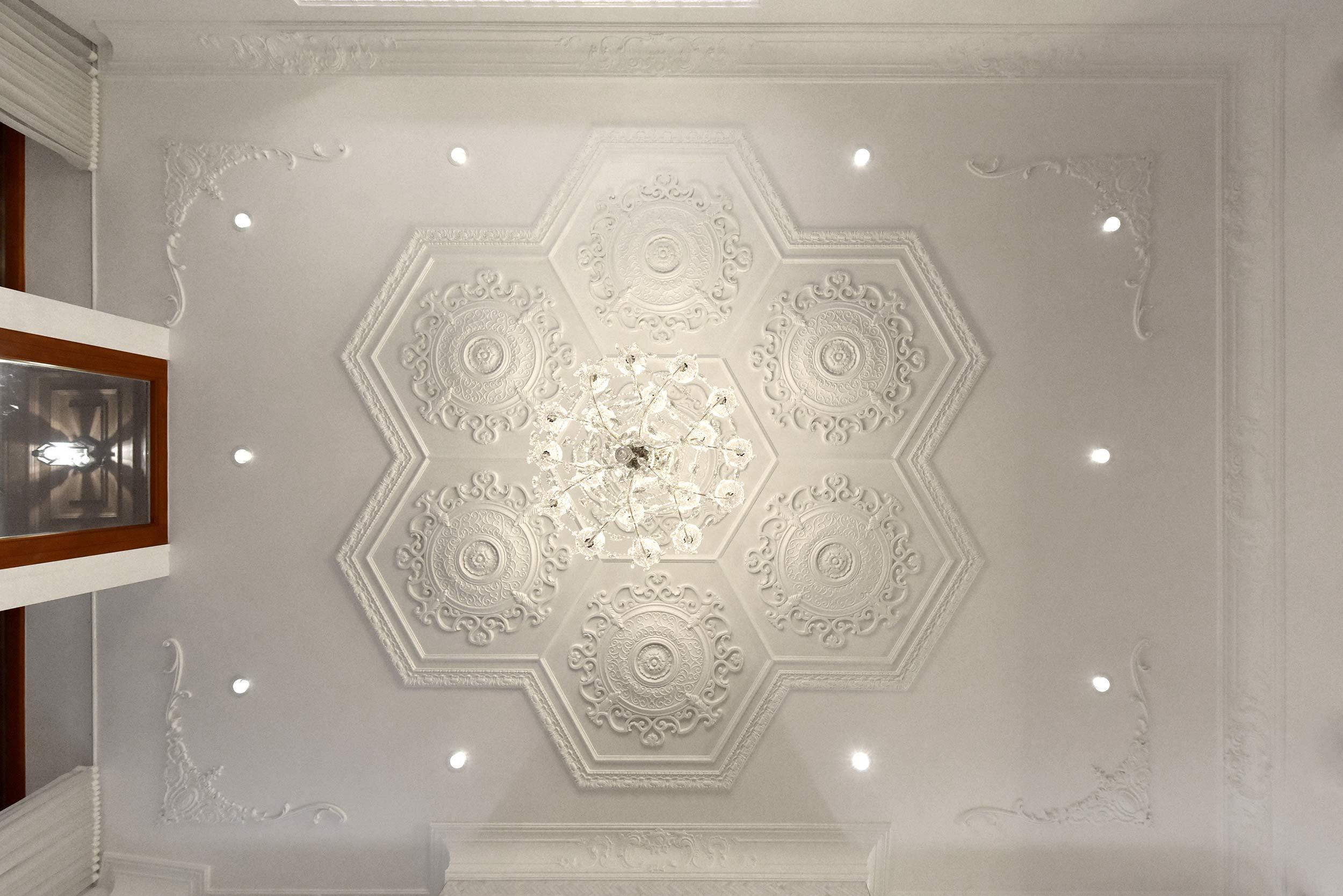 Ornement de plâtre au plafond